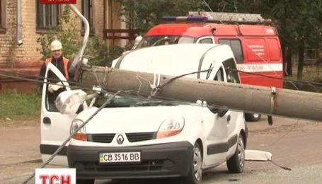 Столб раздавил автомобиль в Чернигове