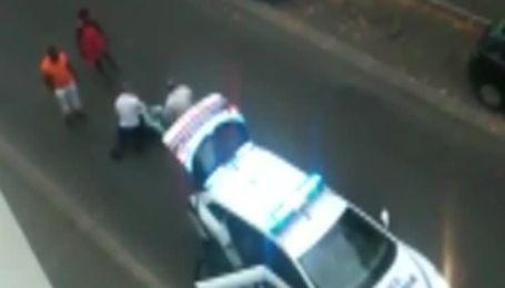 Видео избиения полицейским женщины возмутило французов