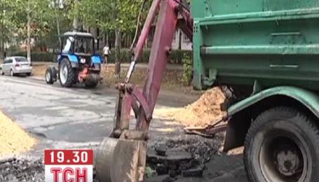 В Херсоне троллейбус с пассажирами провалился в яму на дороге