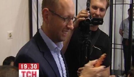 На суде у Титушка Яценюку подарили две морковки