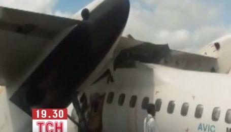 В Індонезії літак розламався при посадці