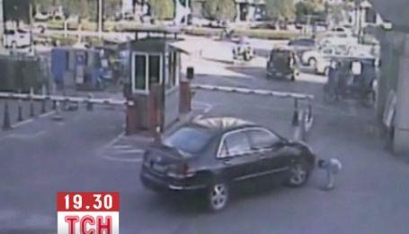 8-летний мальчик опрометчиво остановившись, чтобы завязать шнурки, попал под машину