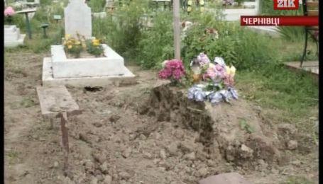 У Чернівцях комунальники тягнуть кабель через цвинтар