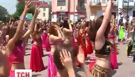 500 жінок у Калуші танцювали танець живота