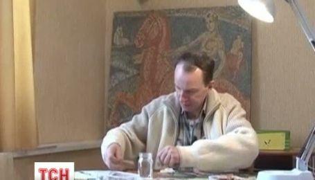 Білоруський митець робить картини з грошей