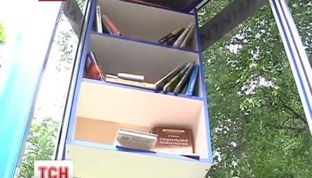 Библиотеку в телефонной будке открыли в Ровно