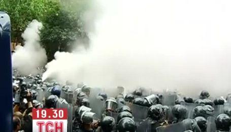 Мексиканські вчителі пішли штурмом на поліцейських, які заважали їм страйкувати