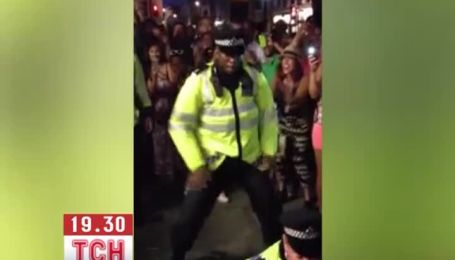 Лондонские полицейские стали звездами карнавала в Ноттинг-Хилл