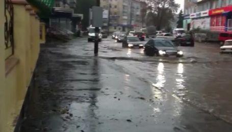 Злива перетворила дороги в центрі Рівного на русла річок