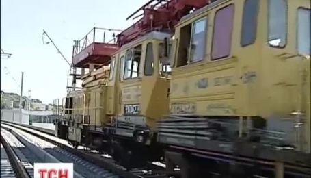В Киеве строители перекрыли железнодорожный мост из-за долг