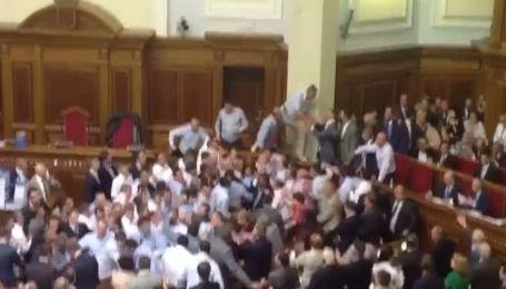 В Верховной Раде произошла потасовка между депутатами от Партии регионов и оппозиции