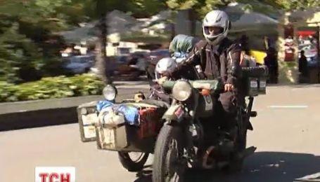 Пара байкерів подорожує світом на радянському мотоциклі