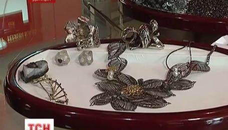 Донецкая мастерица обрамляет уголь золотом и бриллиантами