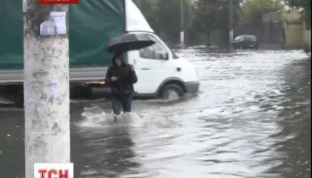 Ливень превратил улицы Житомира в бурный поток воды