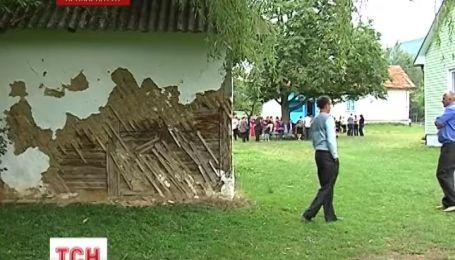 Родители на Прикарпатье не пускают своих детей в аварийную школу