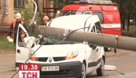 Троллейбусная опора упала на автомобиль в Чернигове