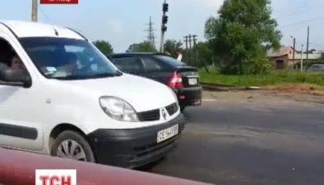 Потяг протаранив легковик у Чернівцях