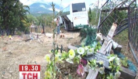 У Криму автобус розгромив цвинтар