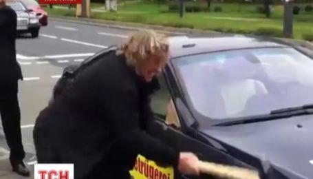 Італієць понівечив  сокирою свою іномарку вартістю 120 тисяч євро