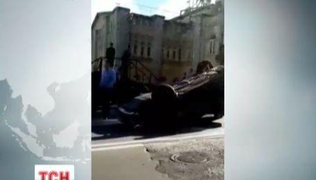 В Києві підрізане авто перевернулось на дах посеред дороги