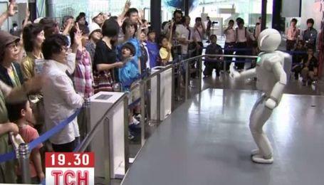 Японський робот-гуманоїд поспілкувався з відвідувачами музею розвитку науки і інновацій в Токіо