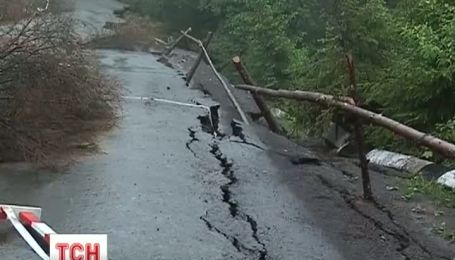 Заблокованим для вантажного транспорту залишається Синевирський перевал