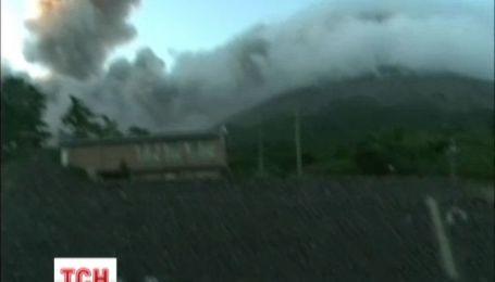 Крупнейший японский вулкан продолжает извержение