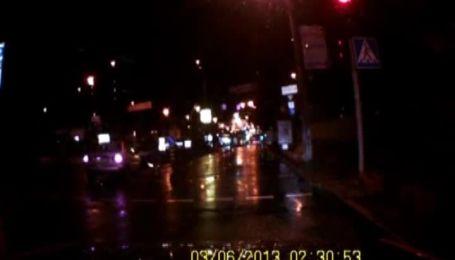 В центре Киева патрульная машина вписалась в Daewoo Lanos на светофоре