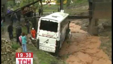 Туристический автобус с 40 пассажирами сорвался в реку