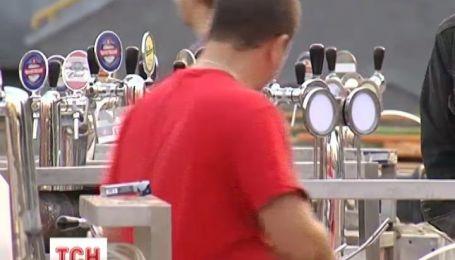 На столичном стадионе ученики детских спортивных школ соревновались под палатками с пивом
