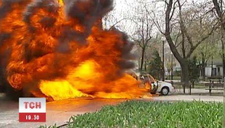 У Києві вибухнула і згоріла автокав'ярня