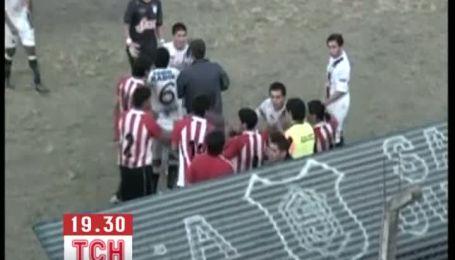 Аргентинский футболист безжалостно бросил собаку в ограждение поля