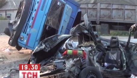 На Запоріжжі вантажівка розчавила під собою легковик з трьома людьми