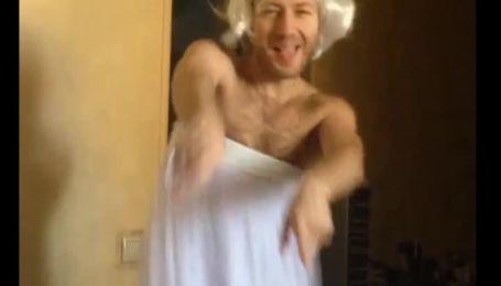 Денис Повалий примерил образ роковой блондинки