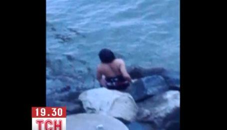 Девушка смогла самостоятельно выбраться из машины, которая упала с моста в воду