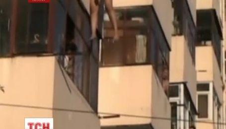 В Китае влюбленные провисели за балконом 20 минут