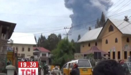 В Индонезии массовая эвакуация из-за вулкана, который проснулся после 400-летней спячки