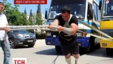 Кримський силач потягнув 2 автобуси