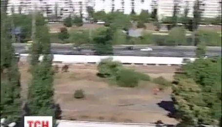 """Хлопці в """"спортивках"""" захопили сквер на Березняках"""