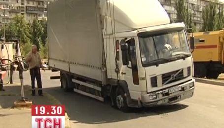В Киеве на Русановке грузовик на ходу застрял в асфальте
