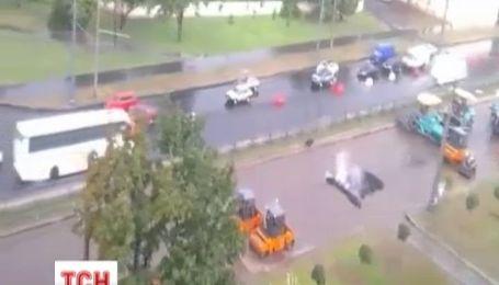 В Харькове асфальт укладывают прямо в воду