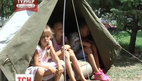 Біля Херсонської мерії оселилася родина з п'ятьма дітьми