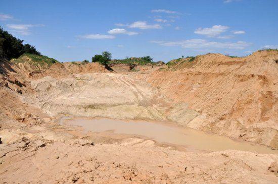 За допомогою активів збанкрутілого банку під Києвом незаконно видобували пісок