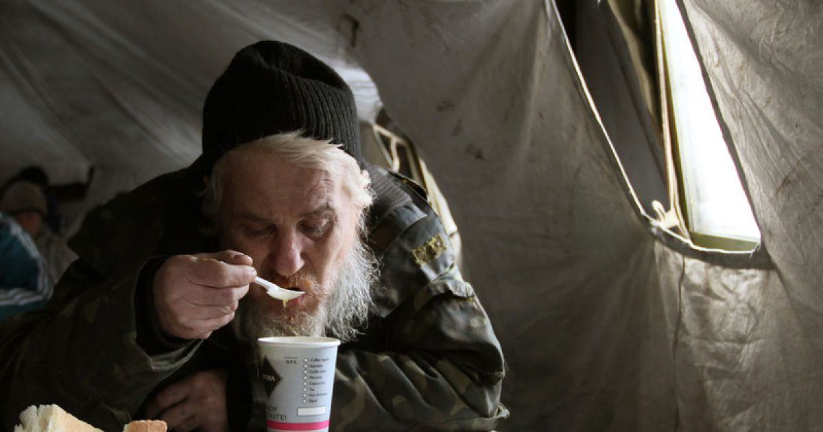 Донецких бомжей накормили во временной палатке @ Фото EPA/UPG
