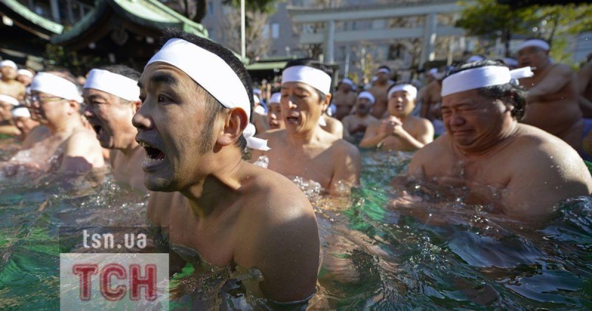 Оголені японці прийняли холоднючу ванну @ Фото EPA/UPG