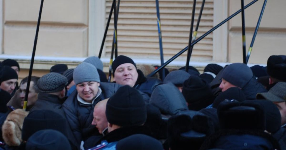 Лаврова в Чернівцях зустрічав Беркут і Свобода (Фото molbuk.ua) @ molbuk.ua