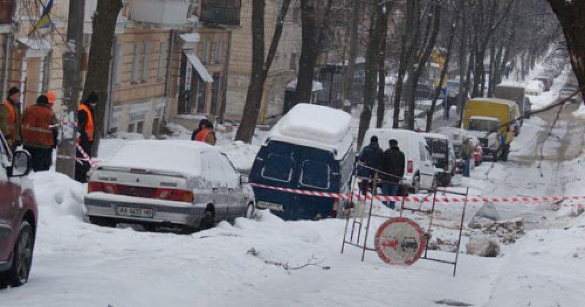У Києві мікроавтобус провалився під землю @ Українська правда