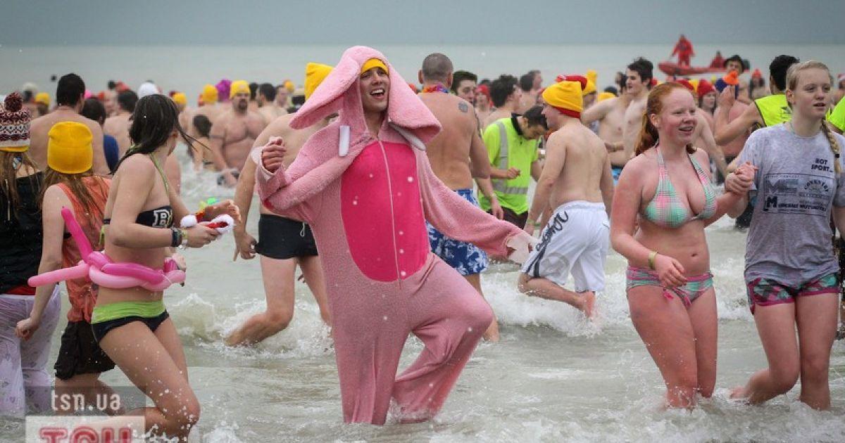 """Бельгійські """"моржі"""" скупалися в крижаному морі. @ Фото EPA/UPG"""