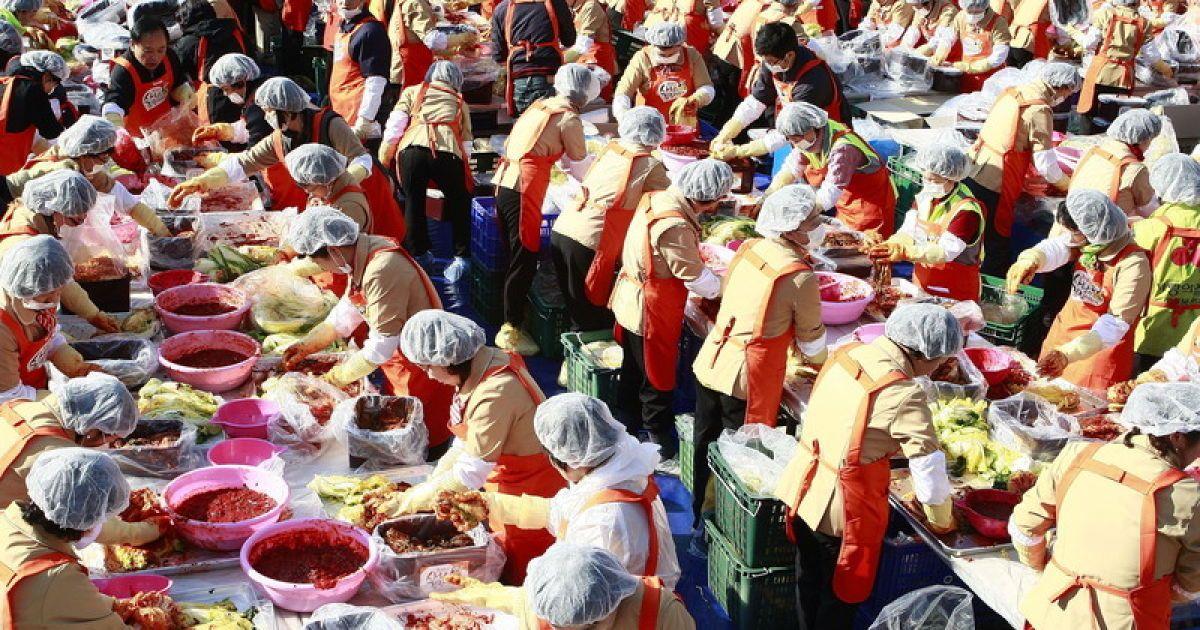 Корейцы устроили благотворительный обед беднякам @ Фото EPA/UPG