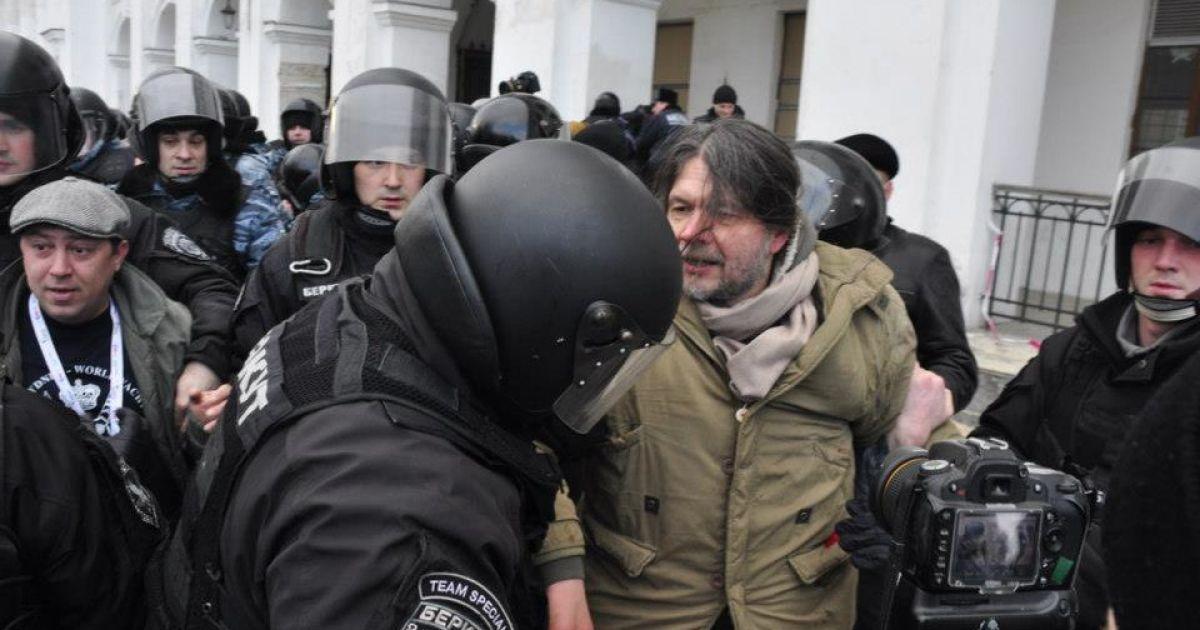 Возле Гостиного двора подрались депутаты @ hollywoodlife.com